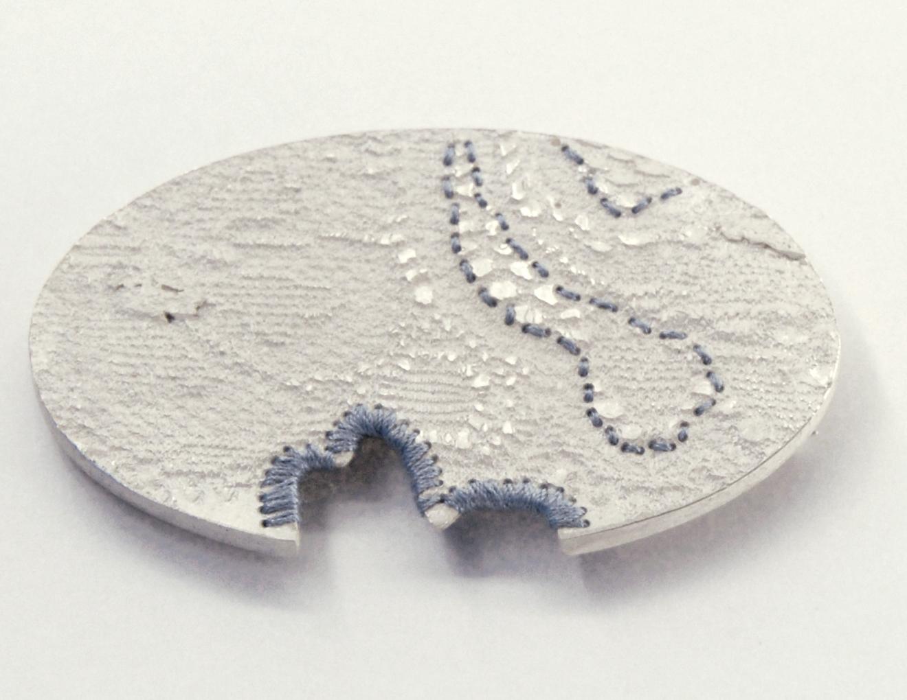 Bettina Götsch - Brosche besticktes Ornament silber seidenfaden
