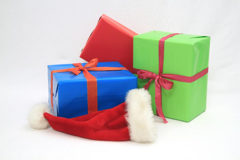 Weihnachtsgeschenke mit Mütze (c) Alexandra H. / pixelio.de
